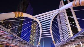 Upływ ludzie chodzi przy Chong Nonsi skywalk przy nocą, Bangkok, Tajlandia zbiory