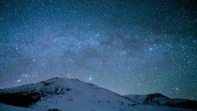 upływ Milky sposób nad śnieżni szczyty Karpackie góry zbiory wideo