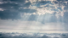 Upływ scena chmurny niebo z promieniem słońca światło nad miastem