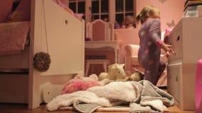 upływ sekwencja Bawić się Z zabawkami W sypialni dziewczyna zbiory wideo