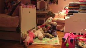 upływ sekwencja dziewczyny ułożenia zabawki W sypialni zbiory