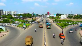 Upływ strzelał na samochodach, motocyklach i Autobusowym omijaniu Nad mostem w Chennai, India zdjęcie wideo