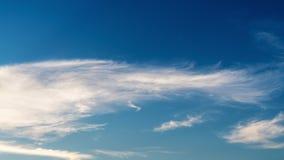 Upływu 4K niebieskie niebo z chmurami, zmierzchu obłoczny chodzenie zdala od abstrakcjonistycznego kolorowego tła zdjęcie wideo