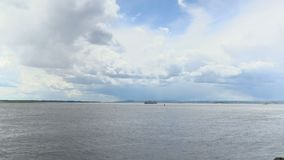 Upływu nagranie chmury nad Volga rzeką na letnim dniu Rosja, miasto Saratov Materiał filmowy, klamerka, wideo w 4K zbiory