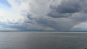 Upływu nagranie chmury nad Volga rzeką na letnim dniu Rosja, miasto Saratov Materiał filmowy, klamerka, wideo w 4K zdjęcie wideo