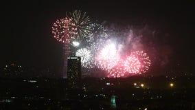 Upływu szybkiego ruchu fajerwerki przy wieżą eifla Paryż zdjęcie wideo