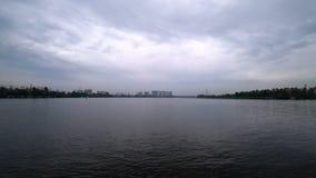 Upływu wideo na rzece od statku który żegluje wybrzeże miasto Ponuractwo pogoda w wieczór Woda zbiory wideo