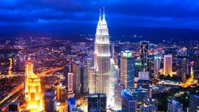 Upływu widok na linii horyzontu Kuala Lumpur przy nocą Zdjęcia Royalty Free