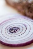 up röda skivor för tät lök grönsaksikt Royaltyfria Foton