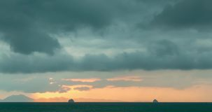Up?yw lekcy promienie nad oceanem przy zmierzchem lub morzem Gor?ca lato pogoda przy tropikalnym Panoramiczny ruch zdjęcie wideo