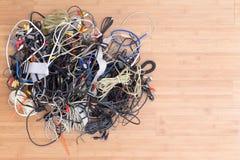 Upaćkana gmatwanina starzy elektryczni sznury i włączniki Zdjęcia Stock