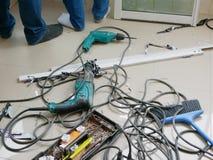 Upaćkana pole podłoga dokąd technicy instaluje ślizgowego okno dla mieszkania obraz royalty free