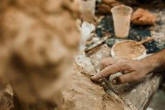 Upaćkane ręki pracuje glinę, zakończenie i ostrość, up na garncarek palmach z garncarstwem Obrazy Royalty Free