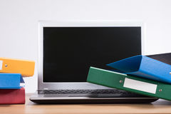 Upaćkany biurowy biurko z dokumentu laptopem i falcówkami obrazy stock
