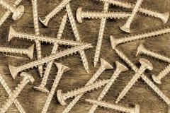 Upaćkany chrom śrubuje tekstury tło na drewnianym rocznika tle obrazy stock