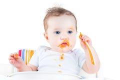 Upaćkany dziecko je jej pierwszy stałego jarzynowego jedzenie Zdjęcie Royalty Free