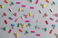 Upaćkany stół z kolorowymi szpilkami i odzieżowymi czopami zdjęcie stock