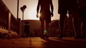 Upału tłumu ludzie Niewiadomi ludzie zmierzchu tłumu sylwetki odprowadzenia od morza Sylwetki ludzie słońce Zdjęcia Stock