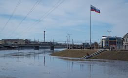 Upa河破裂了它的银行 库存图片