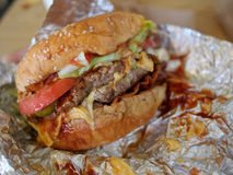 upaćkany bekonowy cheeseburger Zdjęcia Royalty Free