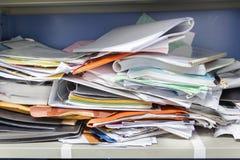 Upa?kany kartoteka dokument i Biurowe dostawy w segregowanie gabinetach fotografia stock
