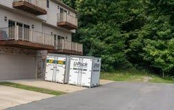 UPack bewegende containers op aandrijving van huis in de stad Stock Fotografie