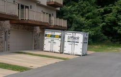 UPack bewegende containers op aandrijving van huis in de stad Royalty-vrije Stock Foto's