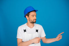 Upbeat workman pointing to the right Royalty Free Stock Photo