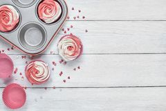 Upcake avec de la crème en forme de rose rouge et blanche Photos libres de droits