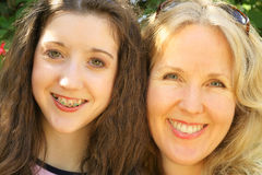 Upclose del headshot de la hija de la madre Imagenes de archivo