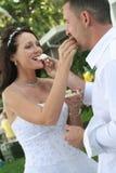 upclose groom торта невесты подавая стоковое изображение