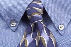 Upclose van blauwe overhemd en band Stock Afbeelding