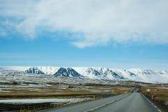 Upcountrystad, sneeuwberg, asfaltweg, IJsland Royalty-vrije Stock Afbeeldingen