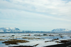 Upcountrystad, zonnige sneeuwberg, IJsland Stock Afbeelding