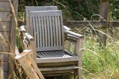 Upcycling Bunt av övergav träträdgårds- stolar Furntiture r arkivfoto