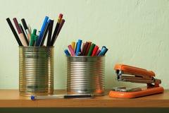 Upcycling, Zubehör in Tin Can schreibend Lizenzfreie Stockfotografie