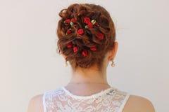 Updo de cheveux de fleur de jeune mariée de mariage Photo stock