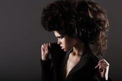 Updo Ekscentryczna kobieta z Projektującymi Kędzierzawymi Hairs Zdjęcia Royalty Free