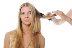 Updo jonge blonde vrouw van de stilist royalty-vrije stock afbeeldingen