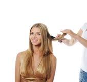 Updo jonge blonde vrouw van de stilist stock foto's