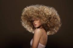 Updo Stile di moda Donna con la pettinatura futuristica Immagini Stock