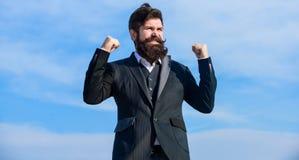 upgrade Homme barbu Hippie m?r avec la barbe Homme d'affaires contre le ciel Future r?ussite hausse de normes de société photo stock