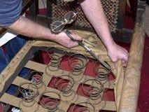 Upholsterer mestre que restaura a cadeira antiga Fotografia de Stock Royalty Free