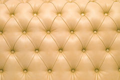 Upholstery de couro de um sofá magnífico Fotos de Stock