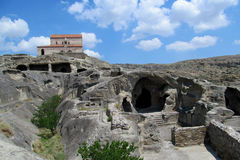 Upliscikhe grottastad och kyrka i Georgia på en solig dag Fotografering för Bildbyråer