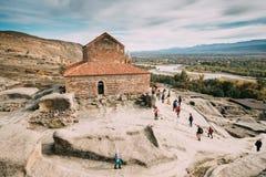Uplistsikhe, regione di Shida Kartli, Georgia La gente che visita la chiesa di Uplistsuli o chiesa Fotografia Stock