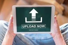 Upload concept op een tablet stock fotografie