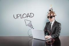 Upload tekst met uitstekende zakenman gebruikend laptop stock afbeelding