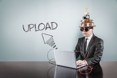 Upload tekst z rocznika biznesmenem używa laptop obraz stock