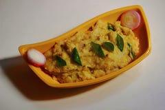Upma, индийское блюдо сделанное пшеницы с луками и горохами стоковые фотографии rf